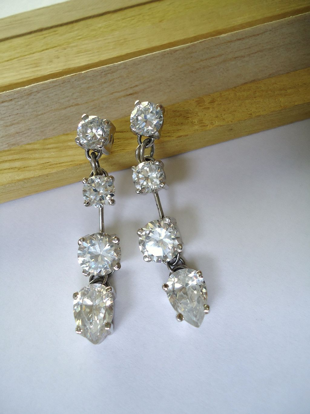 1024px-White_gold_and_diamonds_earrings