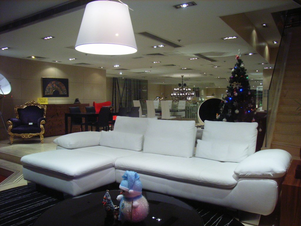 hk_sunday_night_canton_road_furniture_shop_interior_leather_sofa_in_white_xmas_2009